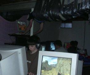 Спустя 15 лет нашли героев фото, где геймера прикрепили кпотолку