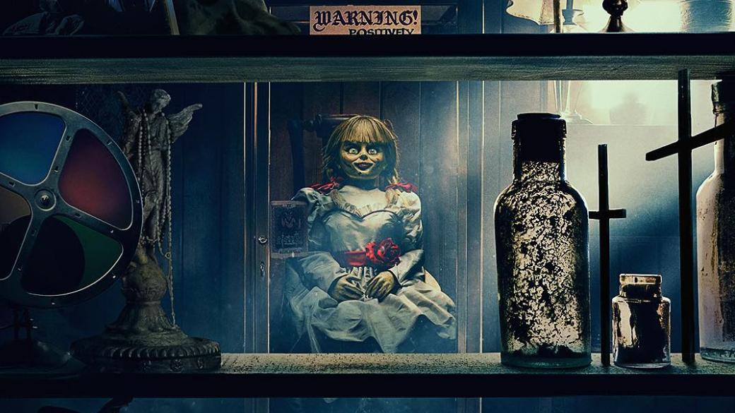 27июня вкино выходит фильм «Проклятие Аннабель 3» (Annabelle Comes Home)— новая часть хоррор-киновселенной Джеймса Вана иуже третий спин-офф, посвященный кукле Аннабель. Наэтот раз фильм получился несамостоятельным, апосути «Заклятием 2,5». Мне удалось посмотреть картину напресс-показе, ивэтом материале ярасскажу, чем демоническая кукла пугает зрителя втретийраз.