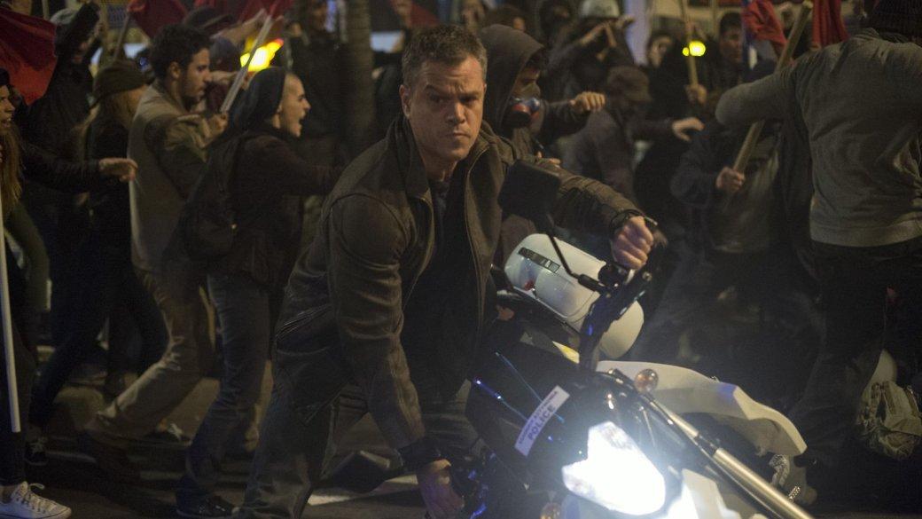В четверг, 1 сентября, на наши экраны вышел «Джейсон Борн», четвертый фильм во франшизе о забывчивом супершпионе, если не считать попытку студии снять фильм о Борне без самого Борна («Эволюция Борна» 2012 с Джереми Реннером). Мэтт Дэймон согласился вернуться к роли только при условии, что режиссером станет Пол Гринграсс, снявший вторую и третью части. Когда стороны договорились, фильм наконец-то был снят. Правда оказался, по мнению критиков, пусть и неплохим, но худшим из «Борнов» с участием Дэймона.