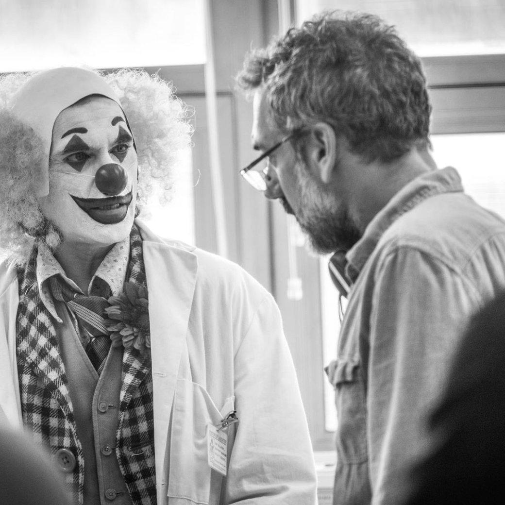 Хоакин Феникс обнимается с Тоддом Филлипсом на потрясающих кадрах со съемок «Джокера» | Канобу - Изображение 0